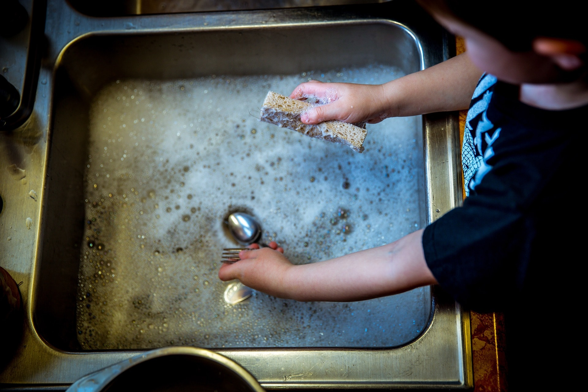 Altersangepasste Aufgaben für Kinder im Haushalt für Familien